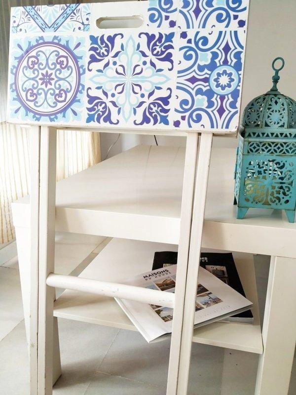 Meista tuneada con azulejos adhesivos de estilo portugués.