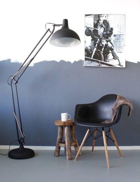 La lámpara de pie es ideal para el rincón de lectura al iluminar el salón.