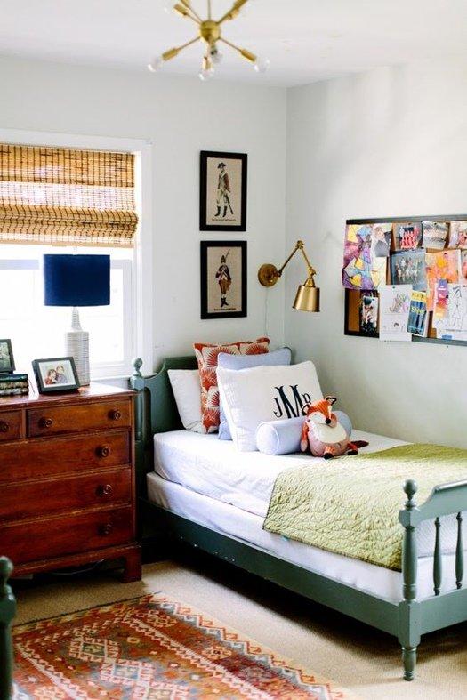 Filtra la luz con persianas de madera y estores de bambú.