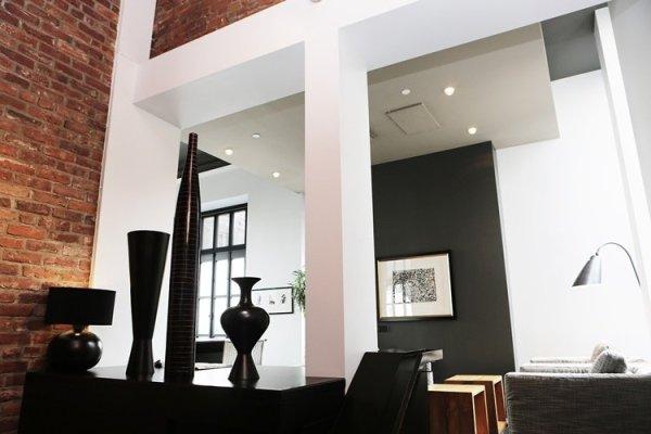 ambiente de salon de estilo industrial con iluminacion LED