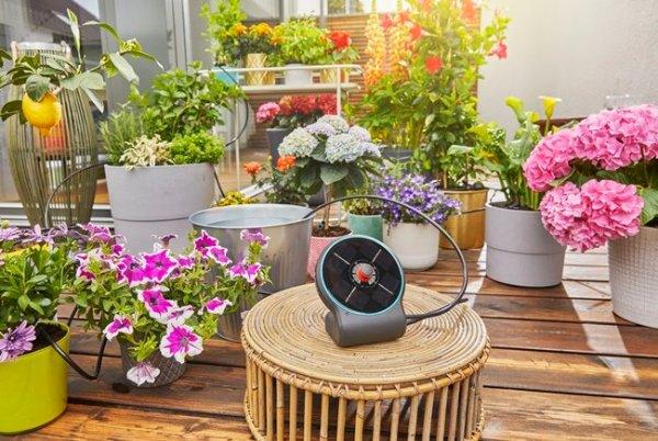 Aquabloom es una bomba activada con panel solar para regar jardines con macetas con agua almacenada.