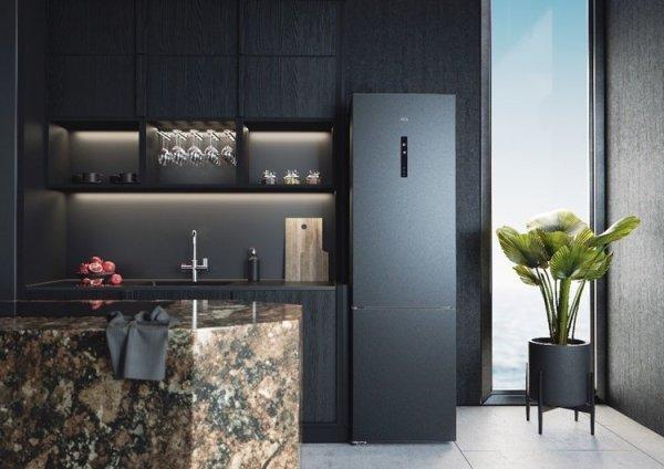 Frigorífico en negro una de las tendencias en cocinas 2021 más sofisticadas.
