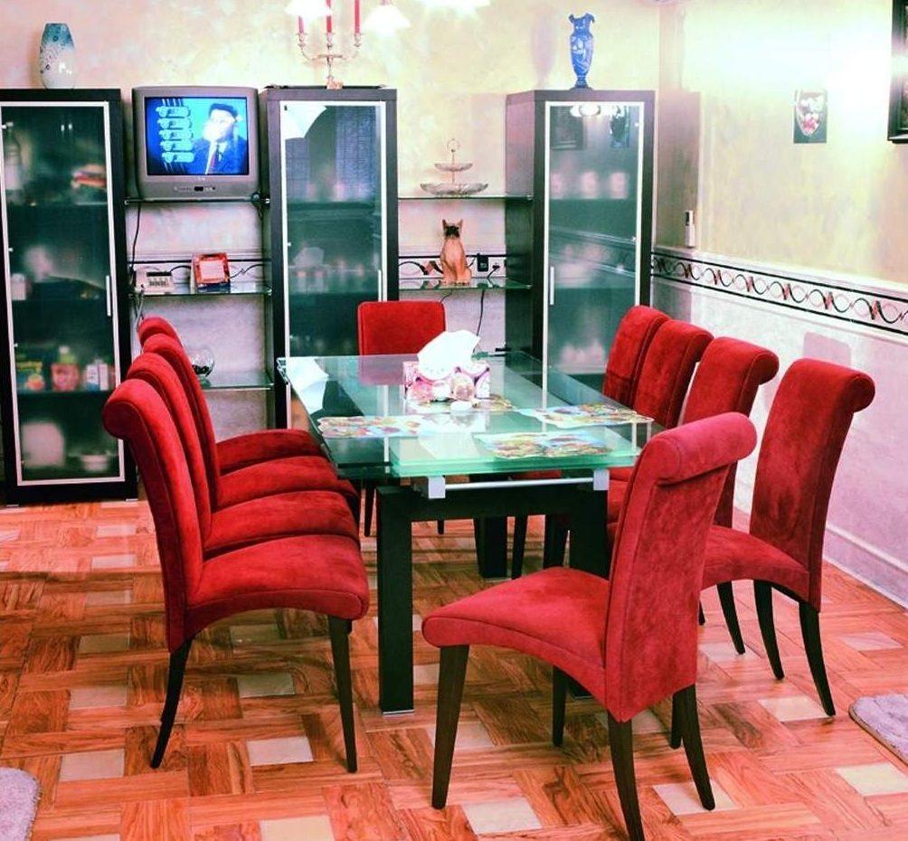 Mesas y sillas de saln rojas  Imgenes y fotos