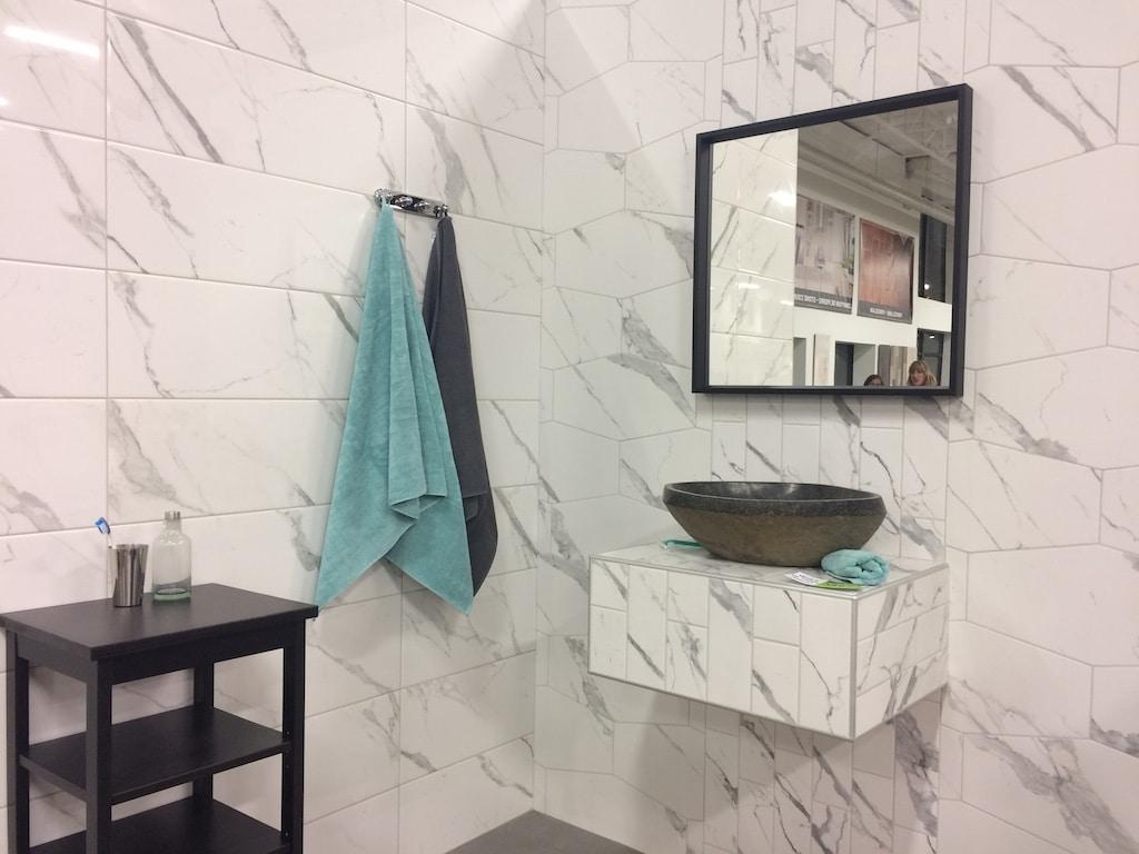 carreler un plan vasque de salle de