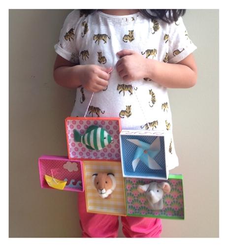 manualidad niños 1 DIY: Una estantería con tapas de cajas empapeladas by Terrón de Azúcar