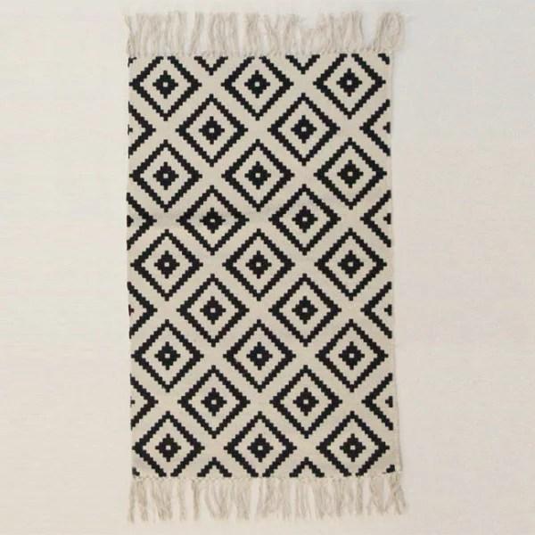 tapis motif losange blanc et noir a franges 50 x 80 cm