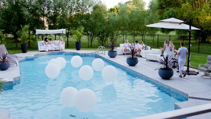 Ideas para decorar una zona exterior con piscina
