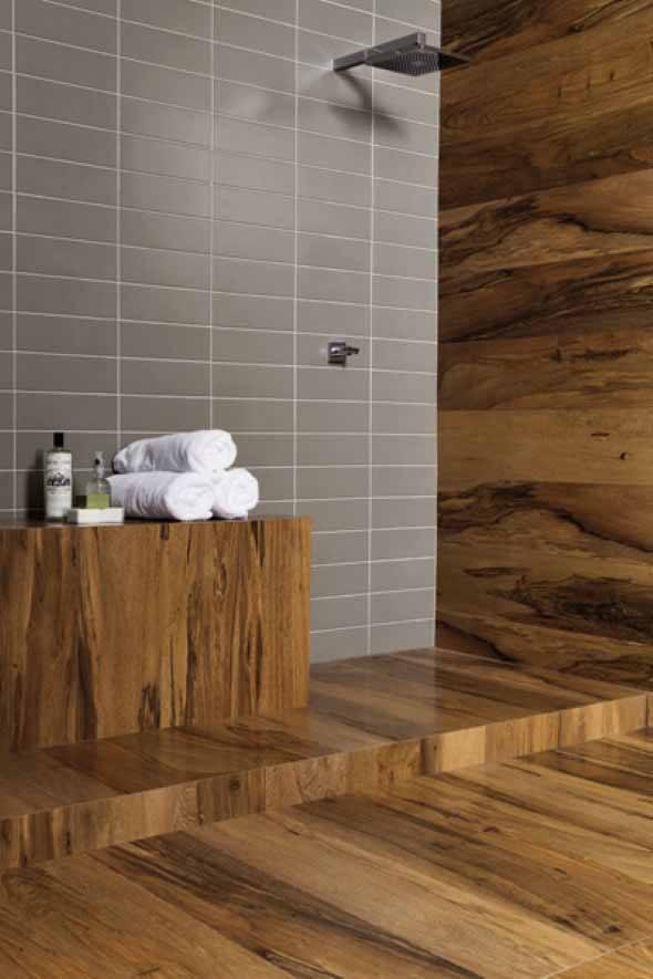 15 pisos que imitam madeira no banheiro e 4 dicas de uso