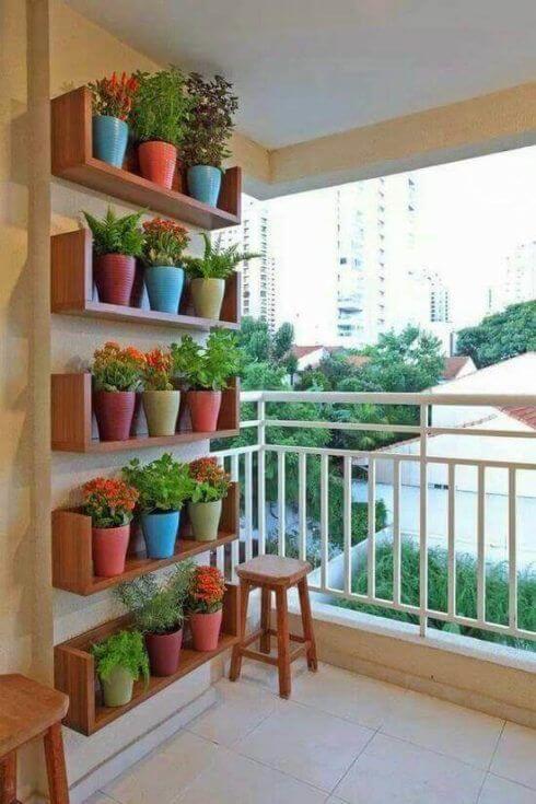jardim vertical em vasos de barro