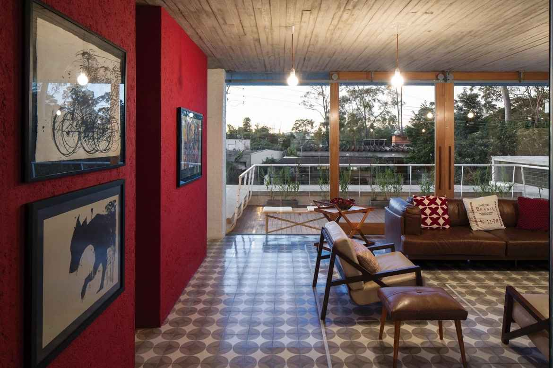sala vermelho madeira couro ferro