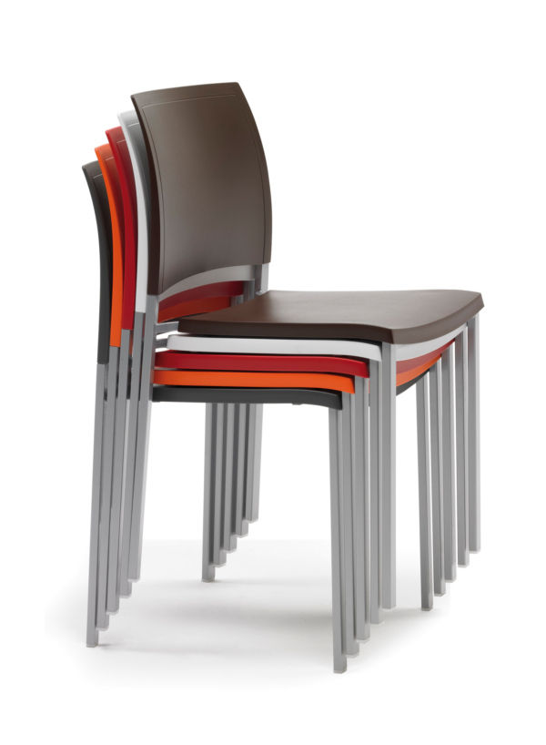Sillas apilables  Decoracin con sillas apilables  Poco espacio