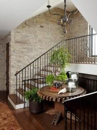 Escaleras con paredes de piedra