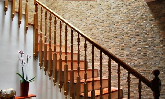 La pared de mi escalera revestida con azulejo cermico imitacin piedra