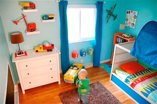 Dormitorio infantil con juguetes vintage