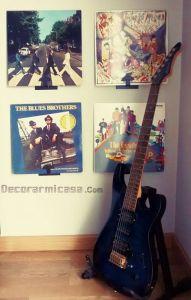 Guitarra y vinilos en el rincón de música