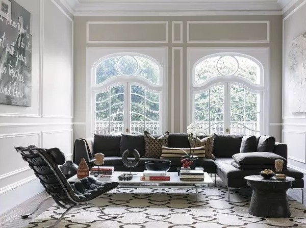 Una casa con grises y arte contemporáneo