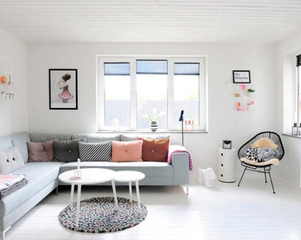 Una casa en gris y rosa pastel