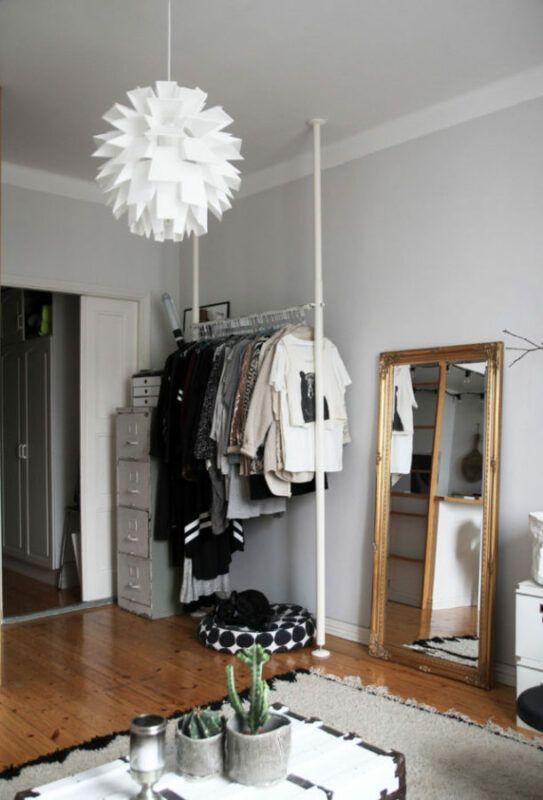 Un vestidor pequeño en blanco y negro