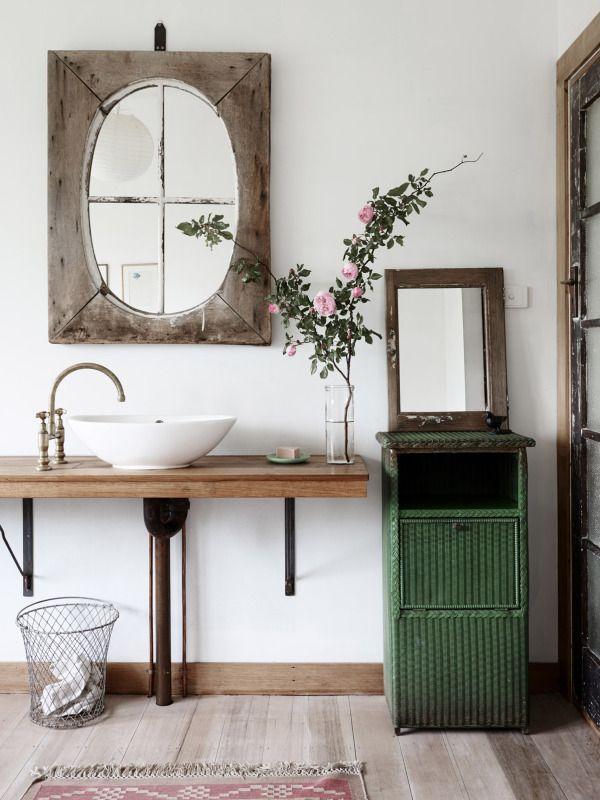 Baño con madera y verde