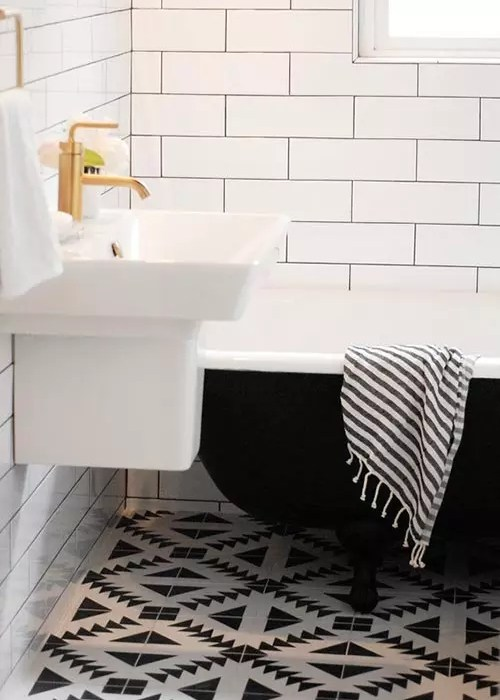 Antes y después de un baño en blanco y negro