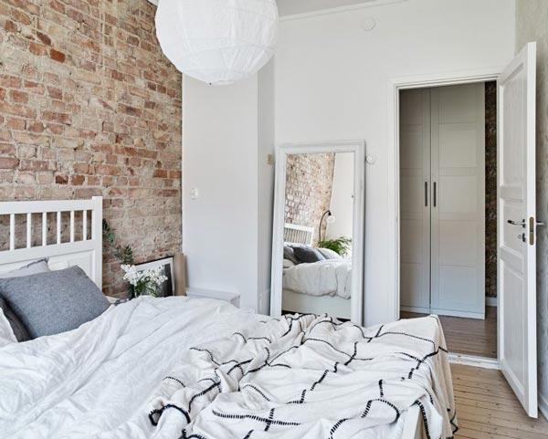 Habitación pared blanca y ladrillo