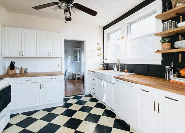 Reforma de una cocina en blanco y negro