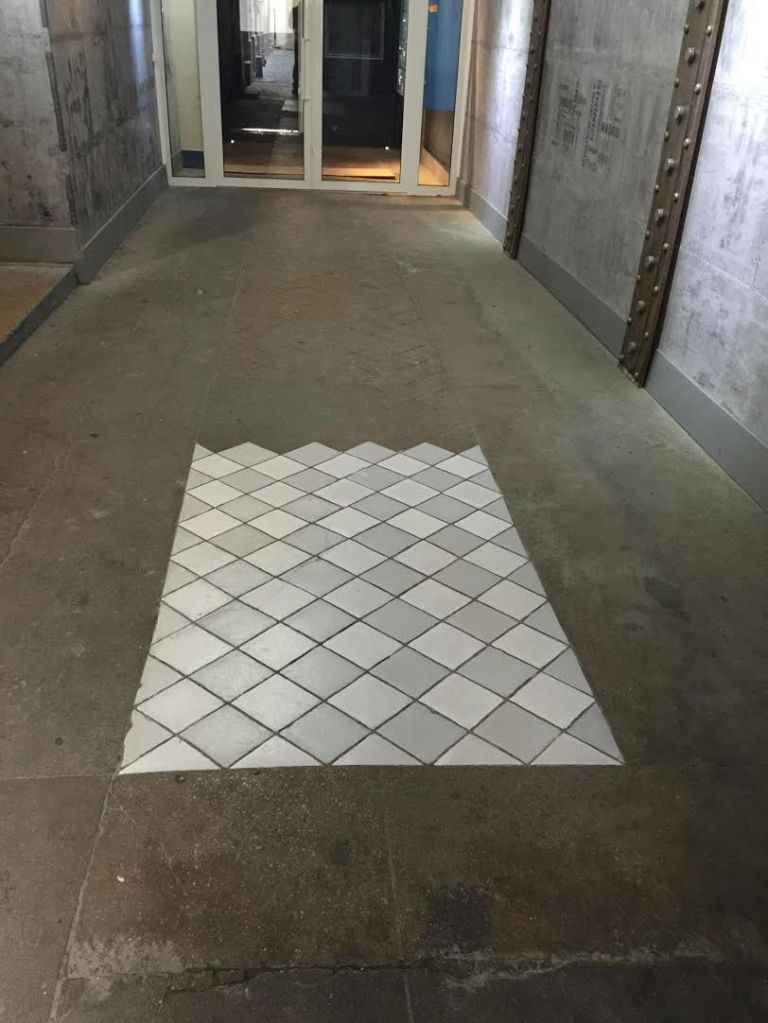 d'abord début des travaux de trompe l'oeil de Réfection de sol de hall d'entrée d'immeuble
