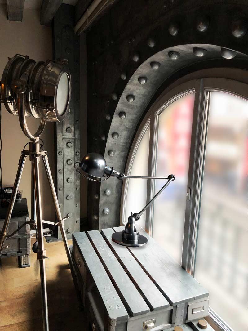 Le décor cinema style industriel décoration murs métal riveté et boulonné plus IPN style Eiffel
