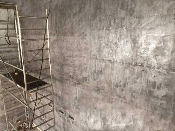 murs métal divisé en plaques rivetées et boulonnées en travaux