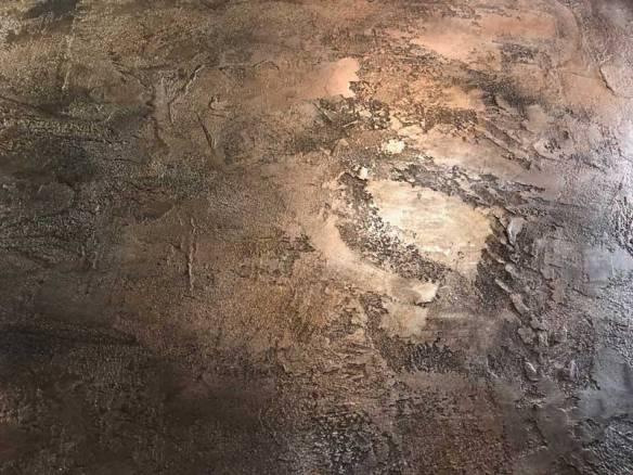 mur métal frappé et oxydé décoration de style industriel