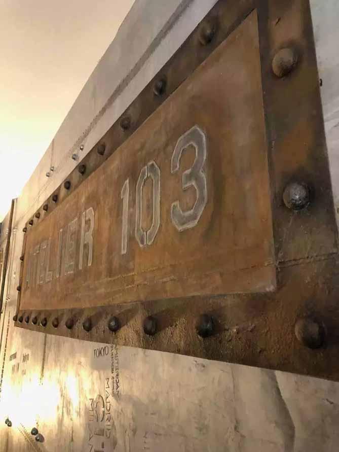 bars et pubs style industriel murs métal et enseigne publicitaire style industriel