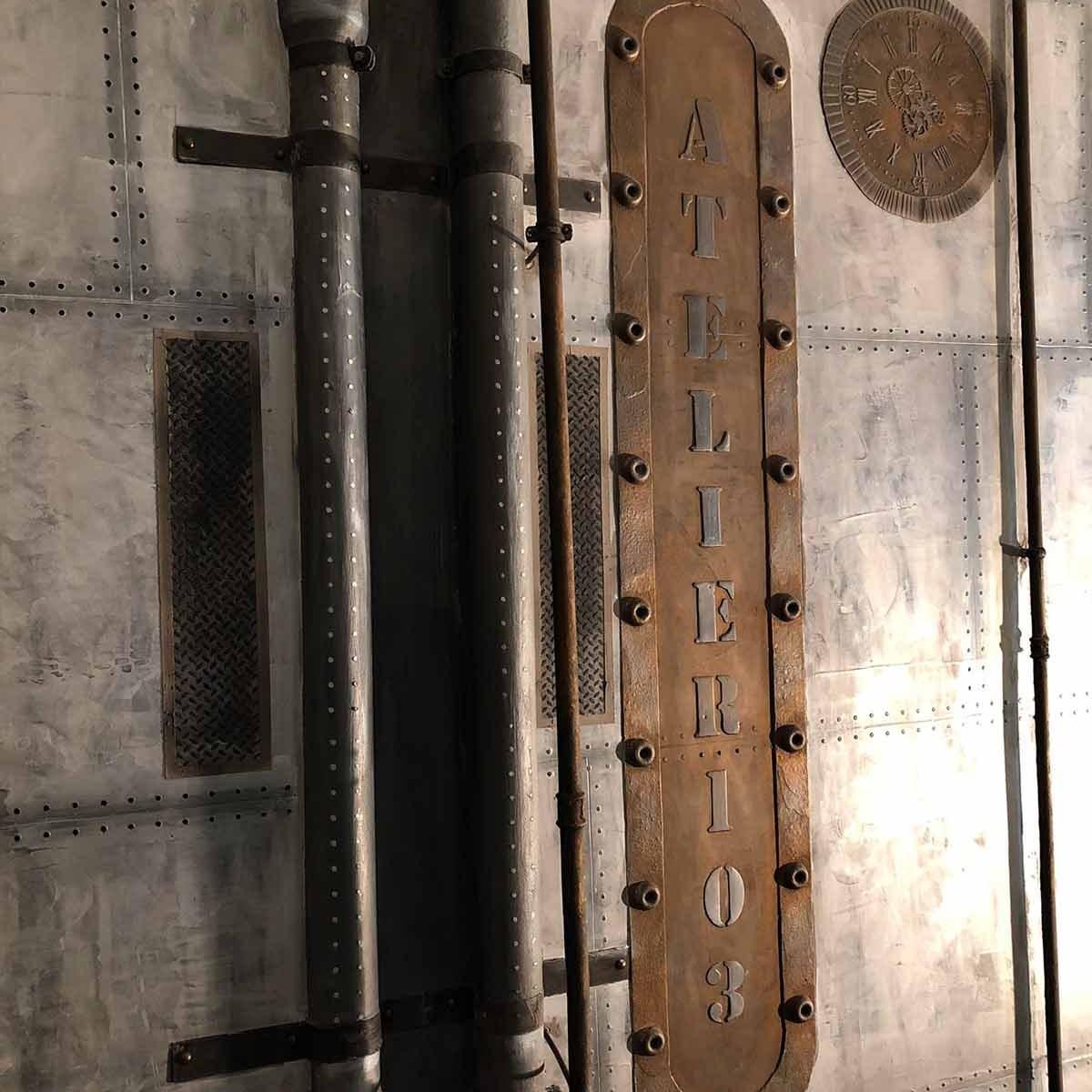 décorateur d'intérieur murs industriel enseigne publicitaire composée en béton et métallisée sur BA13