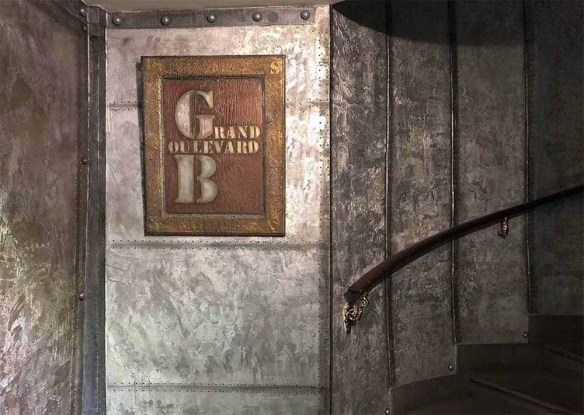 décorateur d'intérieur style industriel avec des murs métal et IPN trompe l'oeil