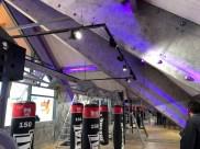 salle de fitness style industriel avec murs boxe et sport