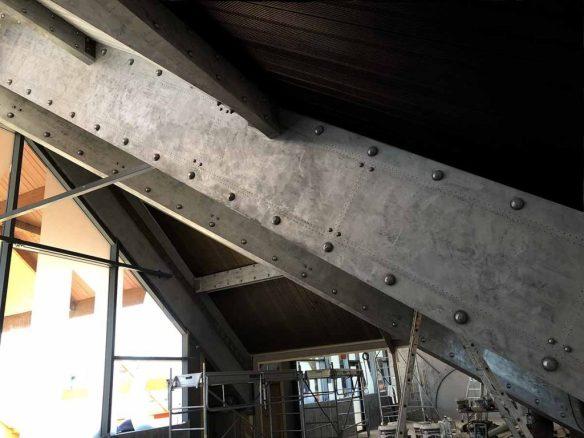 Décoration sur poutres en bois en plaques métallisées rivetées et boulonnées