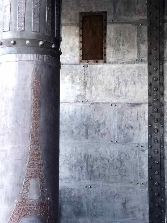 rénovation Décoration murs hall d'immeuble ancien style industriel métallisé avec faux IPN style Eiffel et colonne customisée