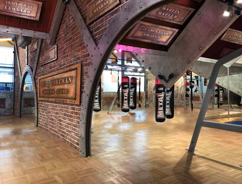 Salle de boxe style industriel avec mur de briques parement