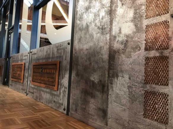murs métal et enseigne décorative style indus
