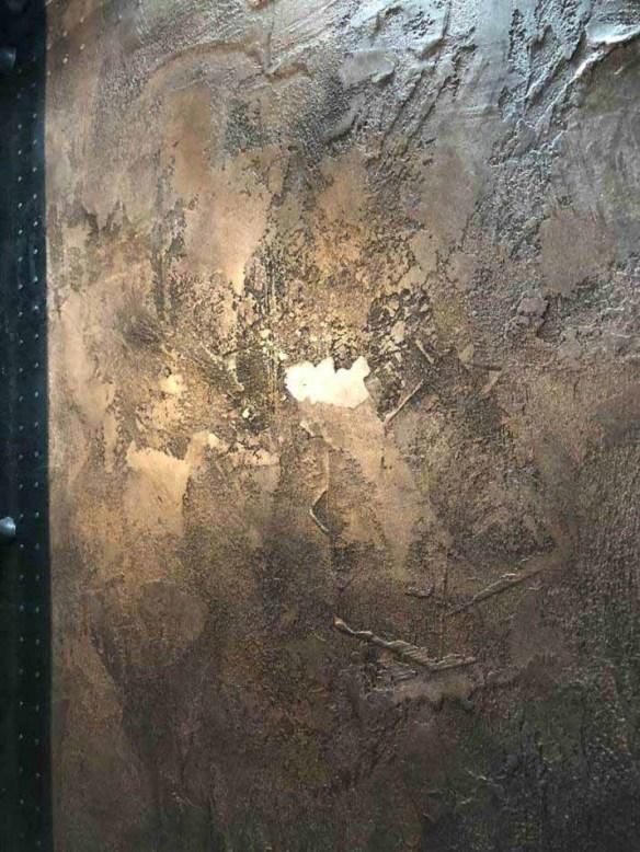 volume et relief pour ce mur métal pour restaurant décoration de style industriel