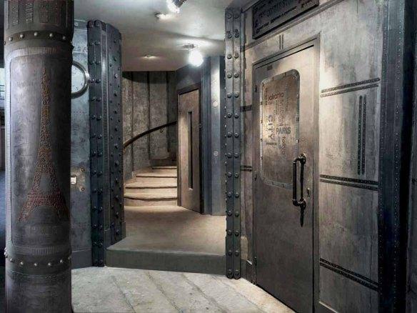 murs métalliques - hall immeuble style industriel A close up of a door - Hall