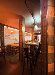 Brasserie décoration mur métal style industriel et IPN style eiffel