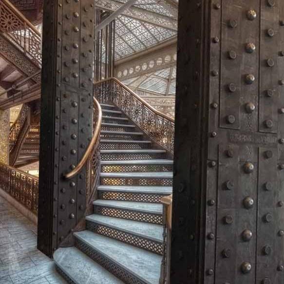 Idée décoration restaurant murs métal style industriel enseignes et IPN style Eiffel