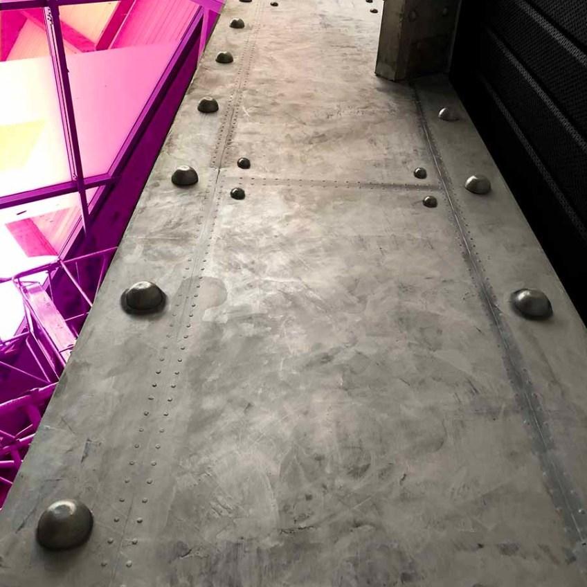 Designer Décoration restaurant tendance style industriel murs métal et IPN style Eiffel
