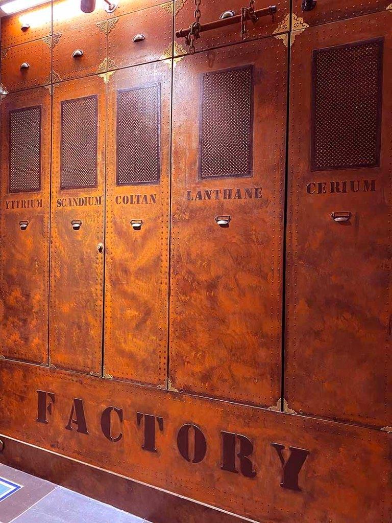Idée décoration brasserie murs métal style industriel et IPN style Eiffel