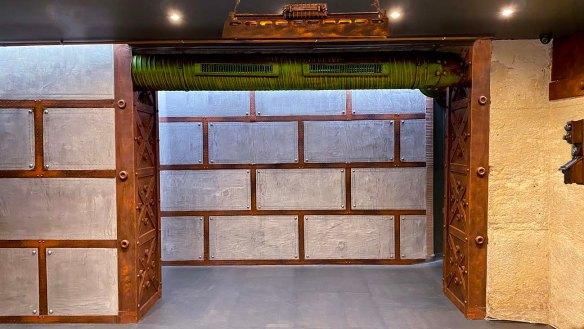Bar à vins style industriel et murs métal et croix style eiffel