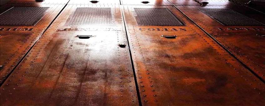 Décorateur murs métal argenté boulonné et rivetés