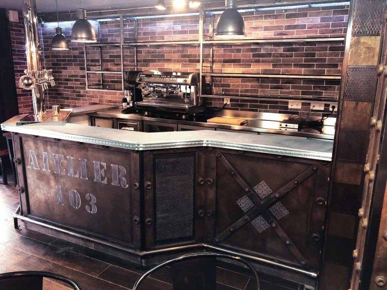 Décorateur restaurant murs métal et bar style industriel