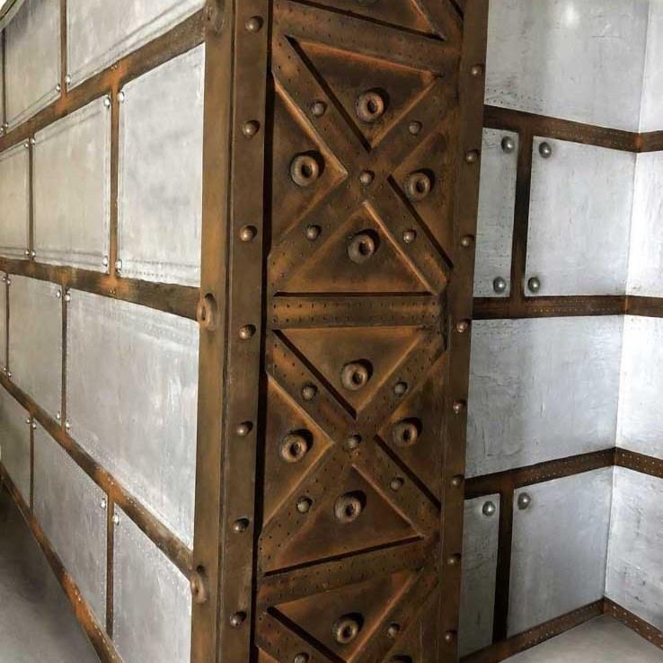Décoration restaurant bistronomique murs métal et croix style Eiffel
