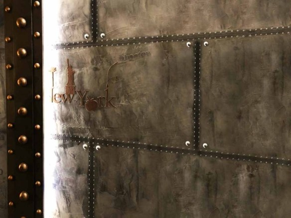 Peintre décorateur brasserie murs métal style industriel et IPN style Eiffel