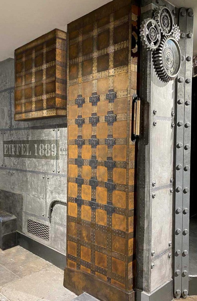 décoration librairie style industriel murs métal et IPN style Eiffel